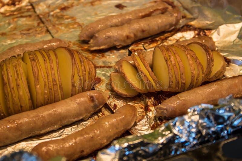 Aardappels met worsten op de grill royalty-vrije stock foto
