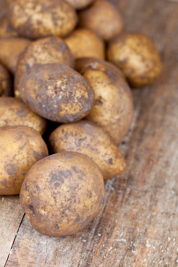 Download Aardappels Op Een Houten Achtergrond Stock Foto - Afbeelding bestaande uit vuil, organisch: 29501840
