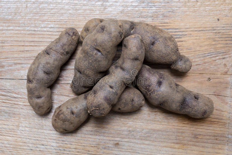 Aardappels op rustiek houten Concept stock foto's