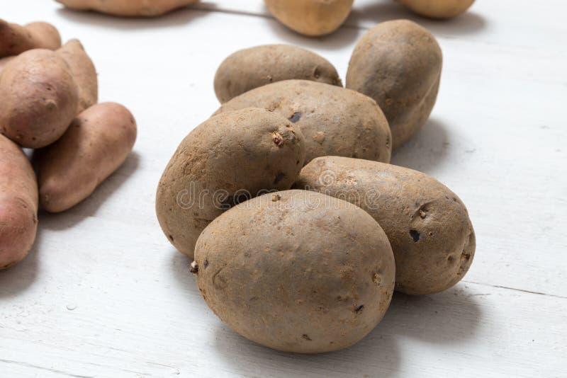 Aardappels op wit houten raadsconcept royalty-vrije stock fotografie