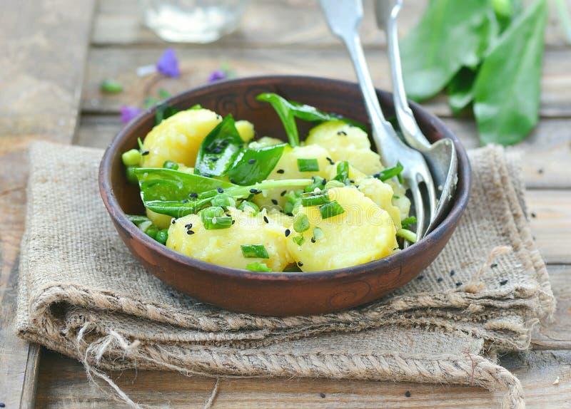 Aardappels, ramson en de salade van de groene erwtenlente stock foto's