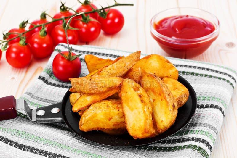 Aardappelwiggen, Aardappels in Landelijk met Tomatenketchup royalty-vrije stock fotografie