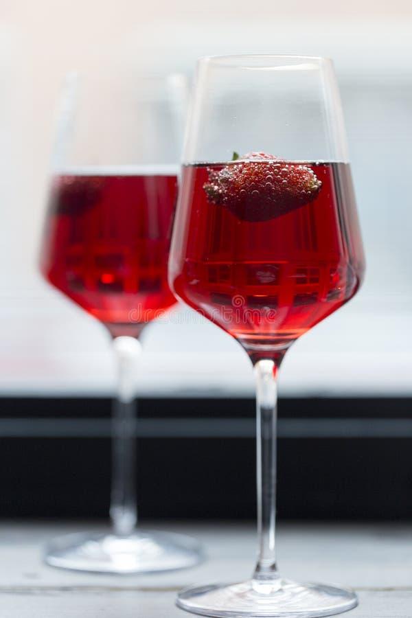 Aardbei in champagne in glazen stock foto's