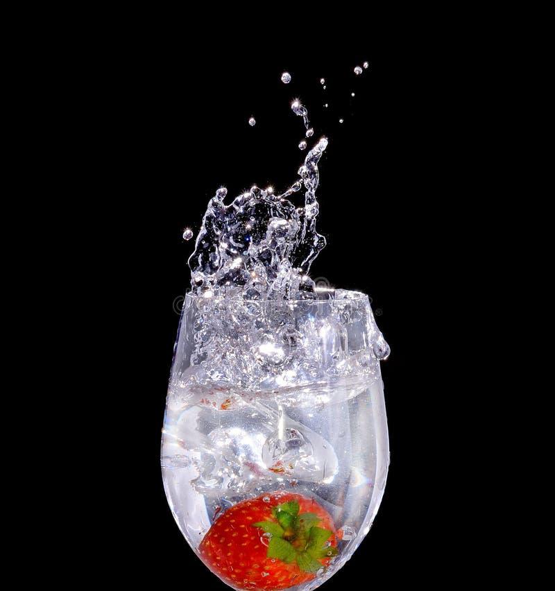 Aardbei een glas water stock fotografie