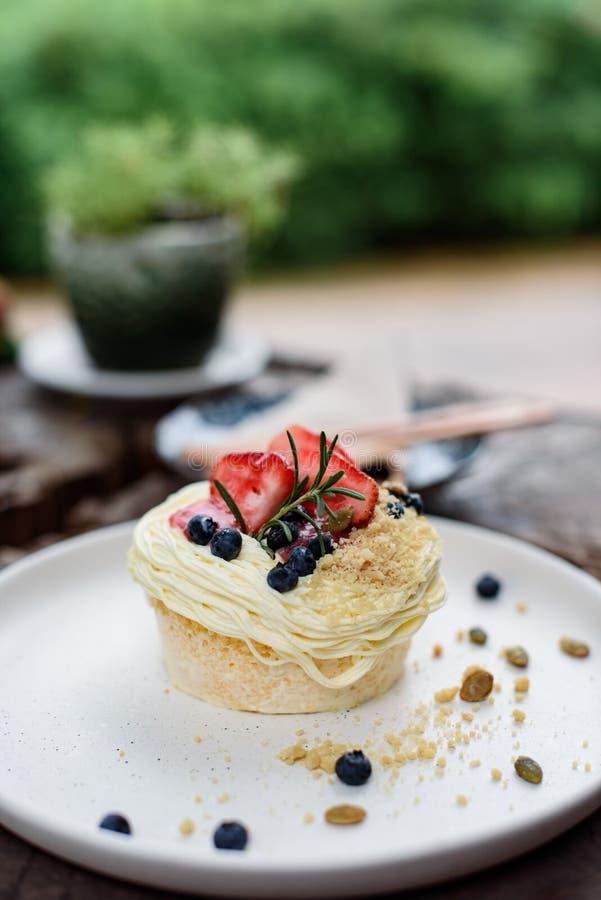Aardbei en bosbessencake met pompoenzaad stock afbeelding