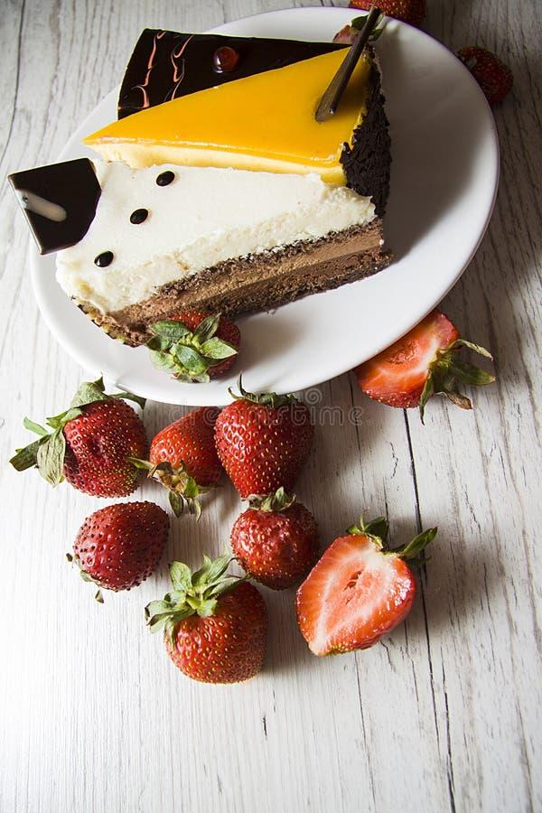 Aardbei en cakes onder contrastbliksem royalty-vrije stock afbeelding