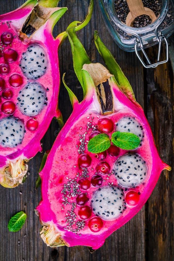 Aardbei en raspberrysmoothie met pitaya, Amerikaanse veenbes, munt en chiazaden stock afbeeldingen