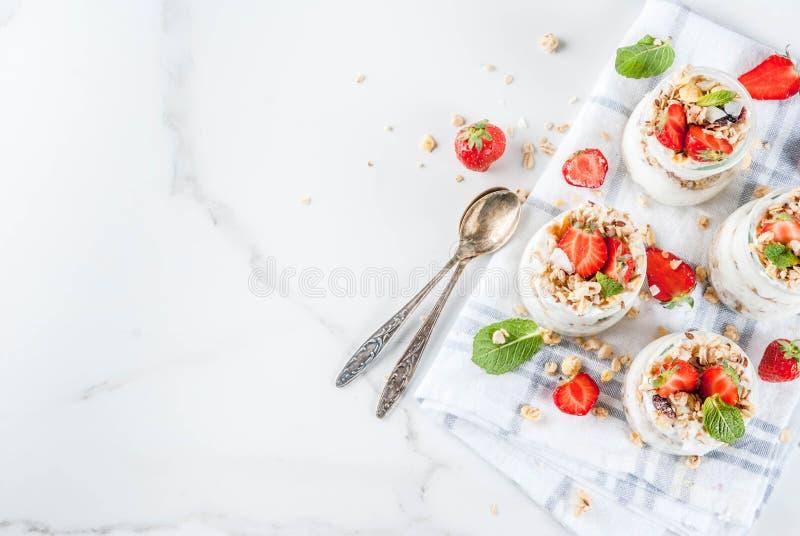 Aardbei gelaagd dessert stock afbeelding