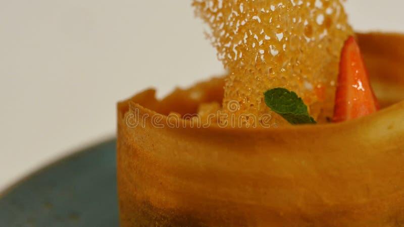 Aardbei Scherp met Verse Room in Bladerdeeg Cake van bladerdeeg met aardbei Dessert door aardbei en kiwi stock afbeeldingen
