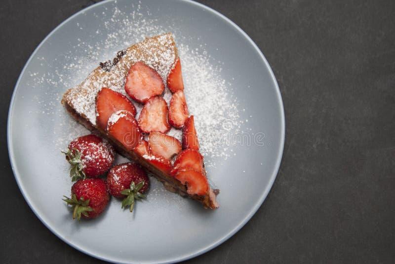 Aardbei Scherp Stuk eigengemaakt Fruit Berry Cake Tart Pie met Aardbeien Zwarte Raad stock foto's