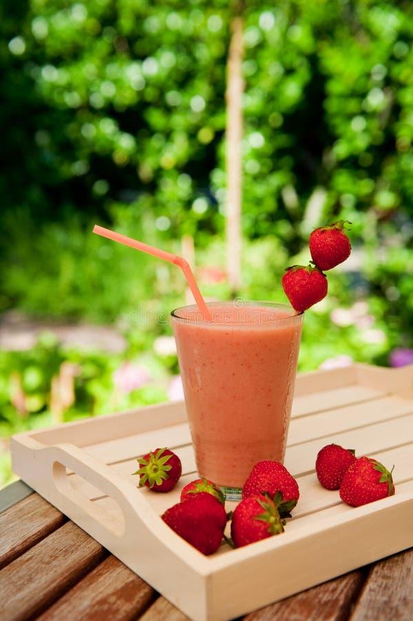 Aardbei smoothie in de tuin stock foto's