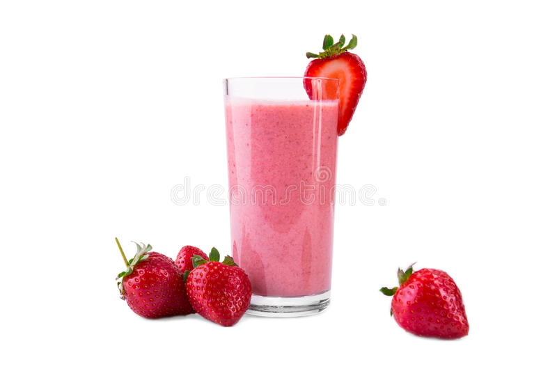 Aardbei smoothie in een glas met een kleine bes op een bovenkant van het en aardbeien rond geïsoleerd op een witte achtergrond royalty-vrije stock foto's