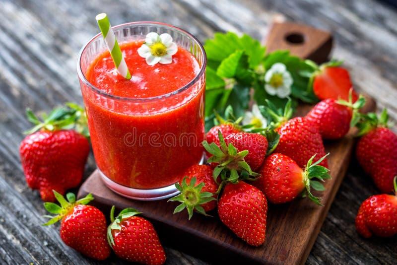 Aardbei smoothie en aardbeien royalty-vrije stock fotografie
