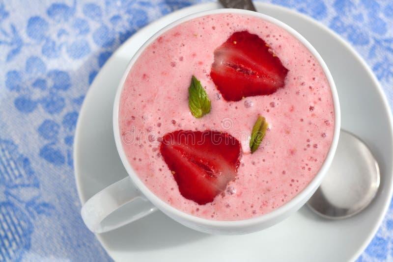 Aardbei smoothie met yoghurt stock fotografie