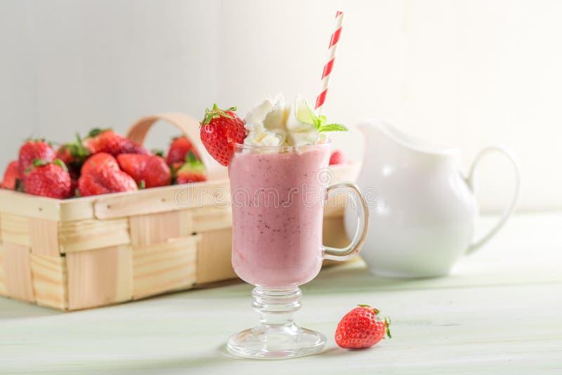 Aardbei smoothie van verse vruchten en melk wordt gemaakt die stock foto's