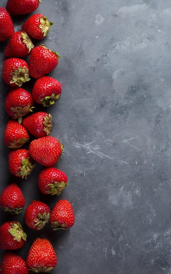 Aardbei Verse aardbei op donkere achtergrond Rode aardbei Los gelegde aardbeien in verschillende posities stock foto