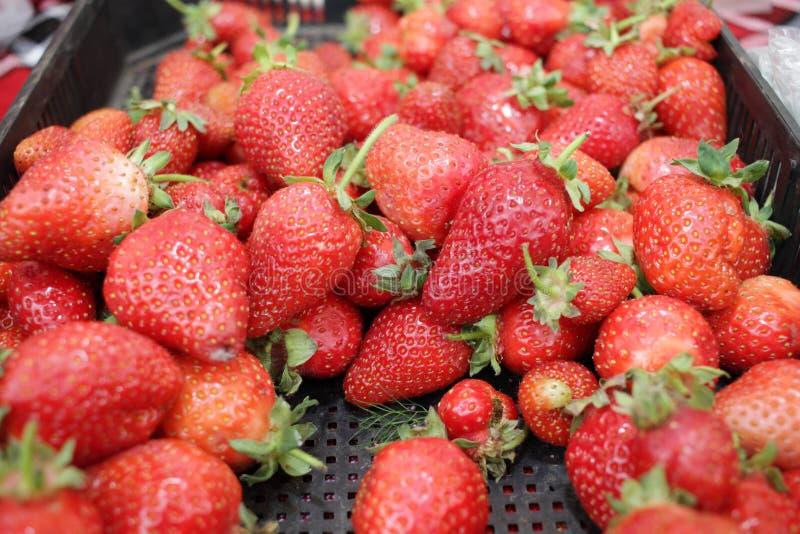 Aardbei Verse Organische Aardbeienmacro Fruit Achtergrondtextuur Sluit omhoog van verse organische aardbeien op een landbouwersma royalty-vrije stock afbeeldingen