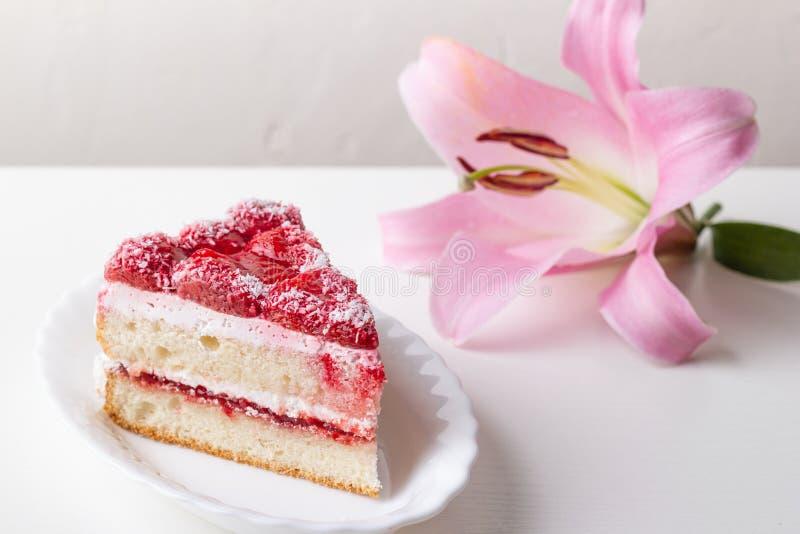 Aardbei zoet dessert in een kleine plaat en een roze bloem Close-up op een witte achtergrond royalty-vrije stock afbeeldingen