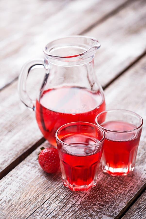 Aardbeialcoholische drank in glazen stock foto