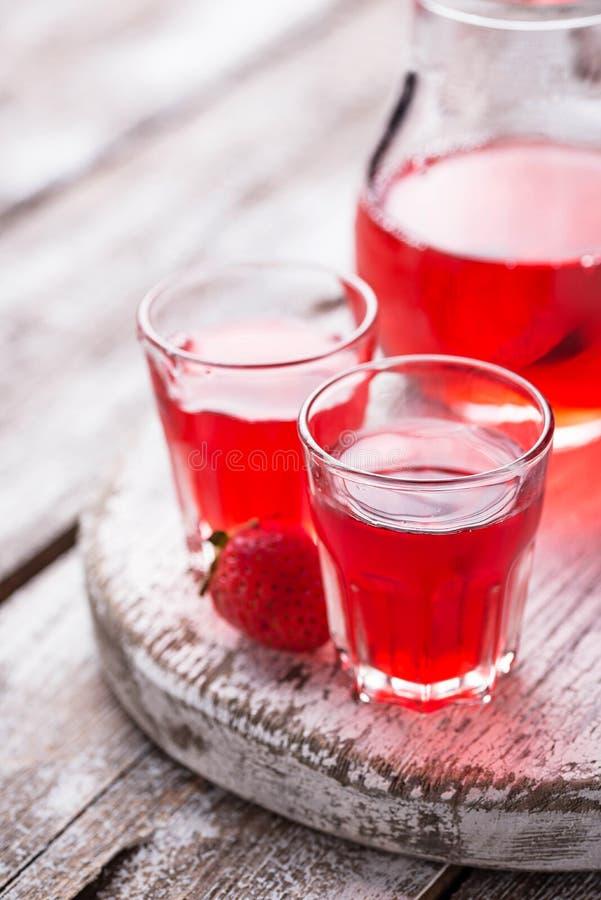 Aardbeialcoholische drank in glazen stock fotografie