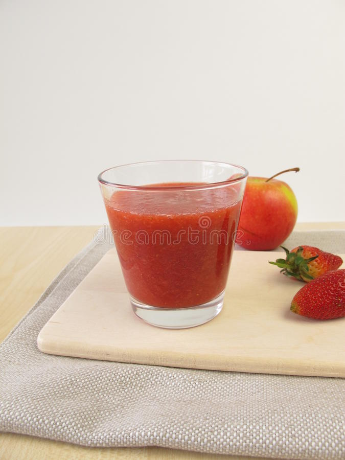 Aardbeiappel smoothie in glas stock foto's