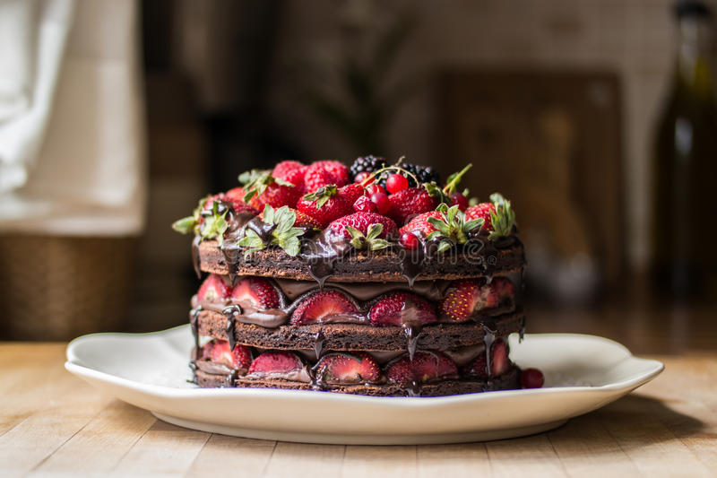 Aardbeicake met braambes, moerbeiboom en donkere chocolade stock fotografie