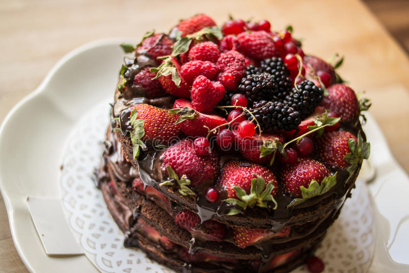 Aardbeicake met braambes, moerbeiboom en donkere chocolade royalty-vrije stock foto