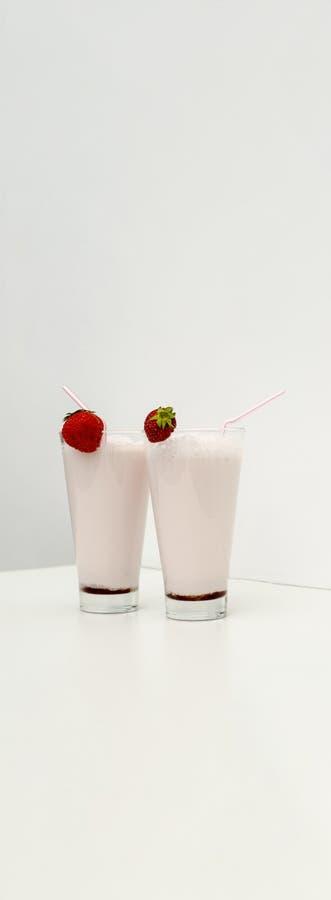 Aardbeicocktail of milkshake in een glas met aardbeien op de lijst wordt verfraaid die Gezond voedsel voor ontbijt en snacks stock foto's