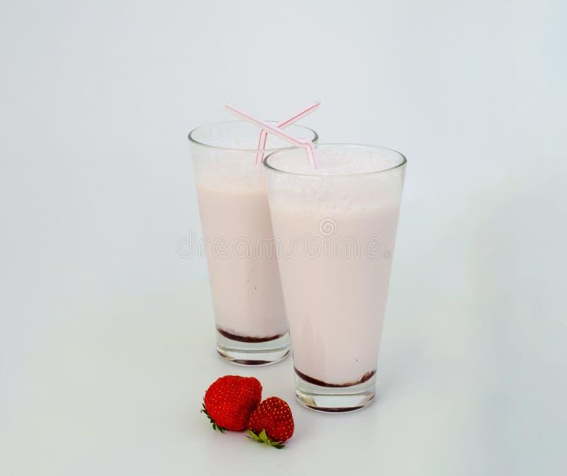 Aardbeicocktail of milkshake in een glas met aardbeien op de lijst wordt verfraaid die Gezond voedsel voor ontbijt en snacks stock afbeelding