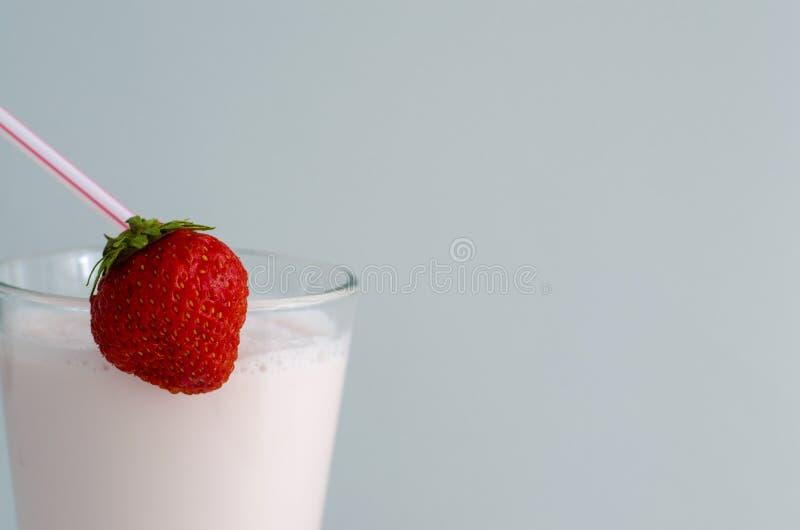 Aardbeicocktail of milkshake in een glas met aardbeien op de lijst wordt verfraaid die Gezond voedsel voor ontbijt en snacks stock fotografie