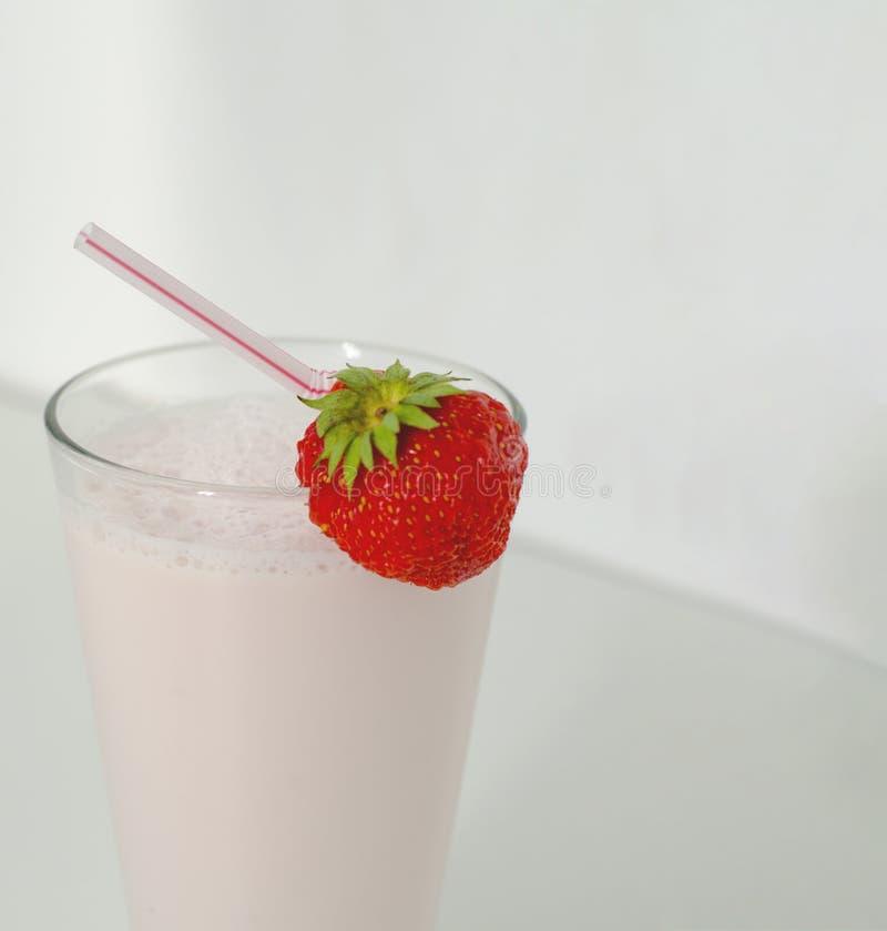 Aardbeicocktail of milkshake in een glas met aardbeien op de lijst wordt verfraaid die Gezond voedsel voor ontbijt en snacks stock foto