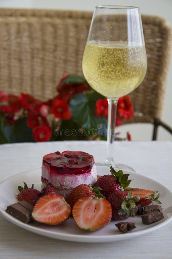 Aardbeidessert en champagne stock foto's