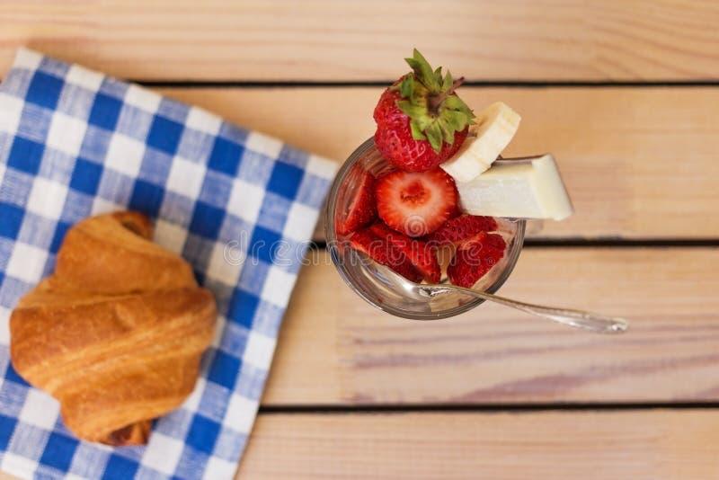 Aardbeidessert en croissant royalty-vrije stock afbeelding
