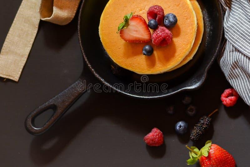 Aardbeien één en pannekoeken op een pan royalty-vrije stock fotografie