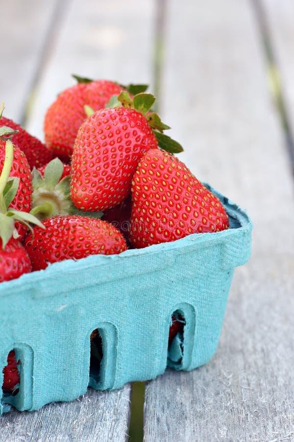 Aardbeien in Blauwe Mand royalty-vrije stock afbeeldingen