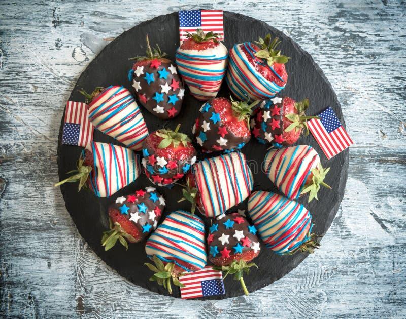 Aardbeien in chocolade met de vlagdecoratie van de V.S. stock foto