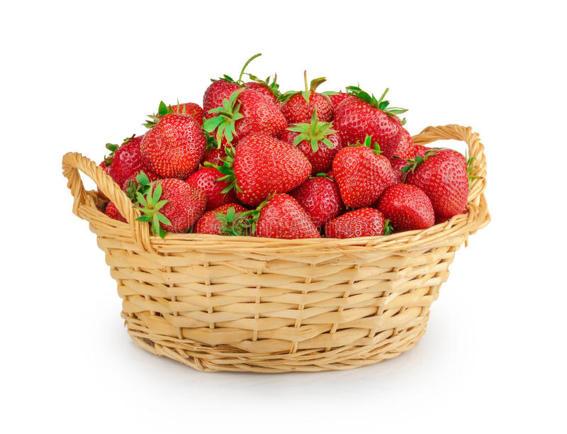 Aardbeien in een geïsoleerdeo mand stock foto's