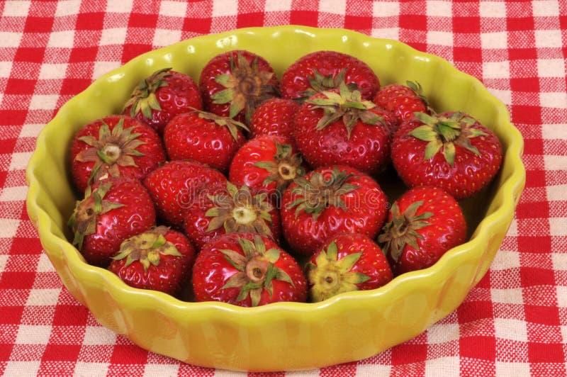 Aardbeien in een groene schotel stock afbeeldingen