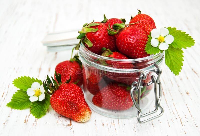 Aardbeien in een kruik royalty-vrije stock afbeelding