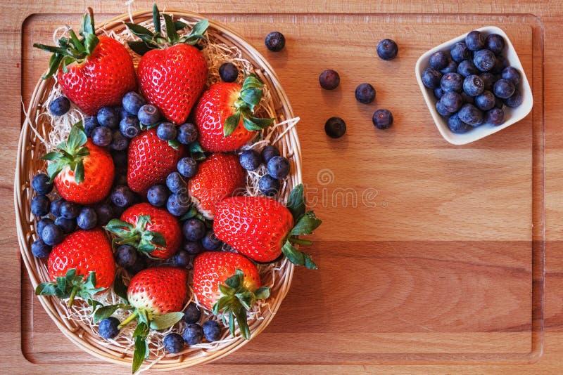 Aardbeien in een mand en bosbessen royalty-vrije stock foto's