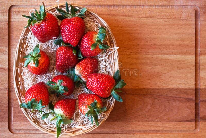 Aardbeien in een mand met een exemplaarruimte royalty-vrije stock afbeeldingen