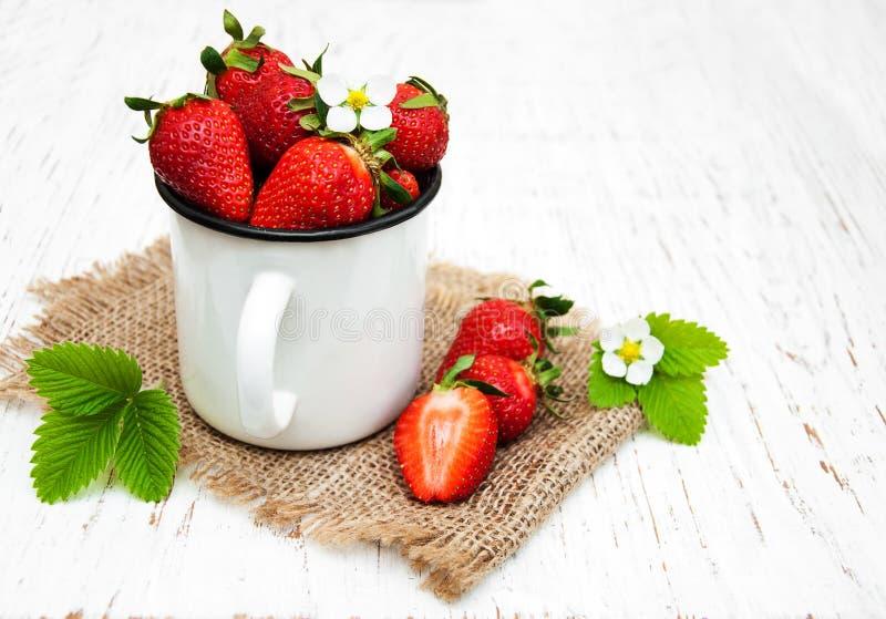 Aardbeien in een metaalkop royalty-vrije stock fotografie