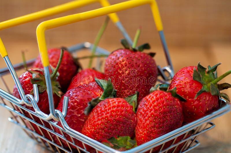 Aardbeien in een metaalmand royalty-vrije stock fotografie
