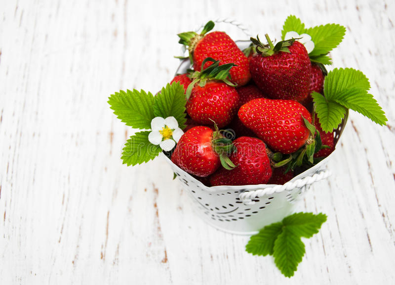 Aardbeien in een metaalpot royalty-vrije stock afbeelding