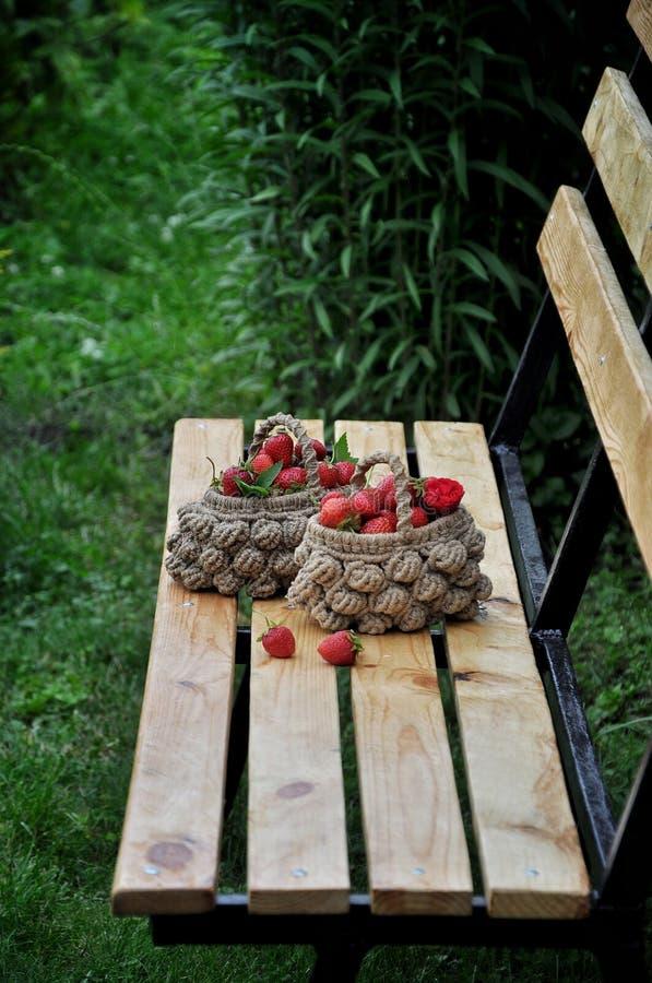 Aardbeien in een rieten mand royalty-vrije stock foto's