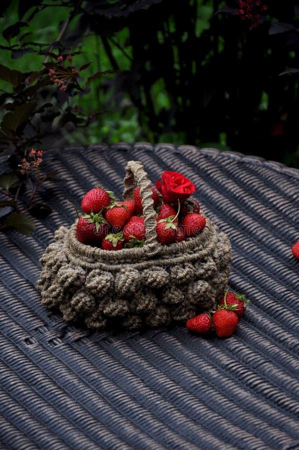 Aardbeien in een rieten mand royalty-vrije stock afbeeldingen