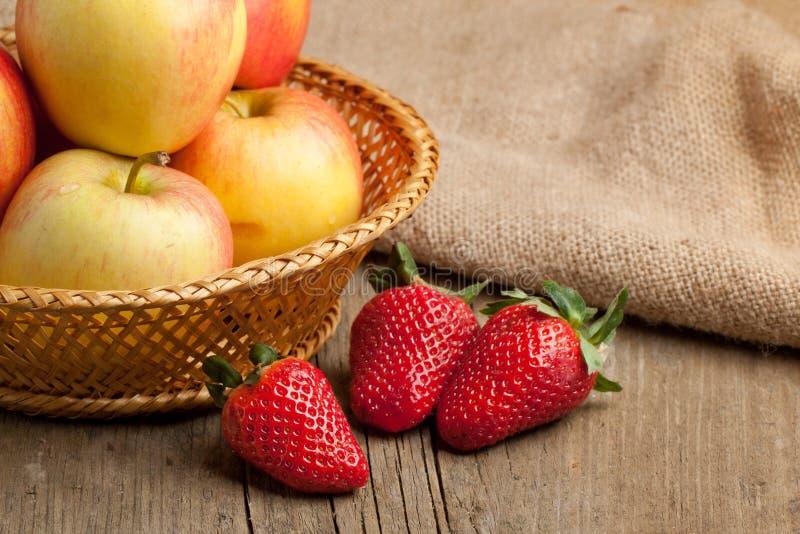 Aardbeien en appelen royalty-vrije stock afbeeldingen