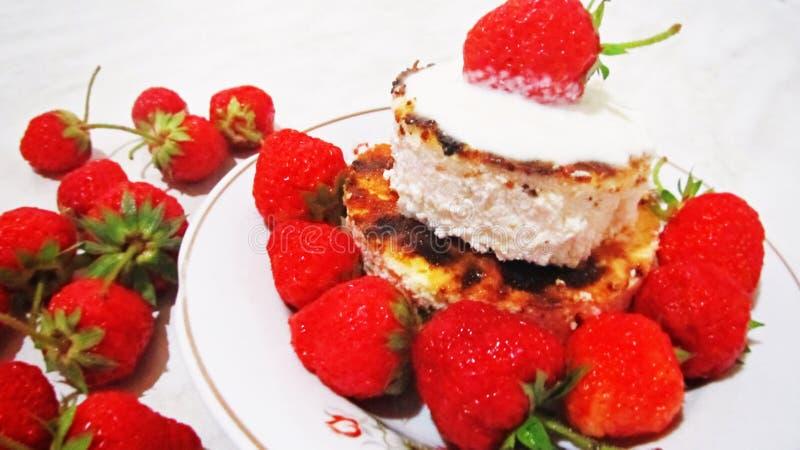 Aardbeien en kaastaart royalty-vrije stock afbeeldingen