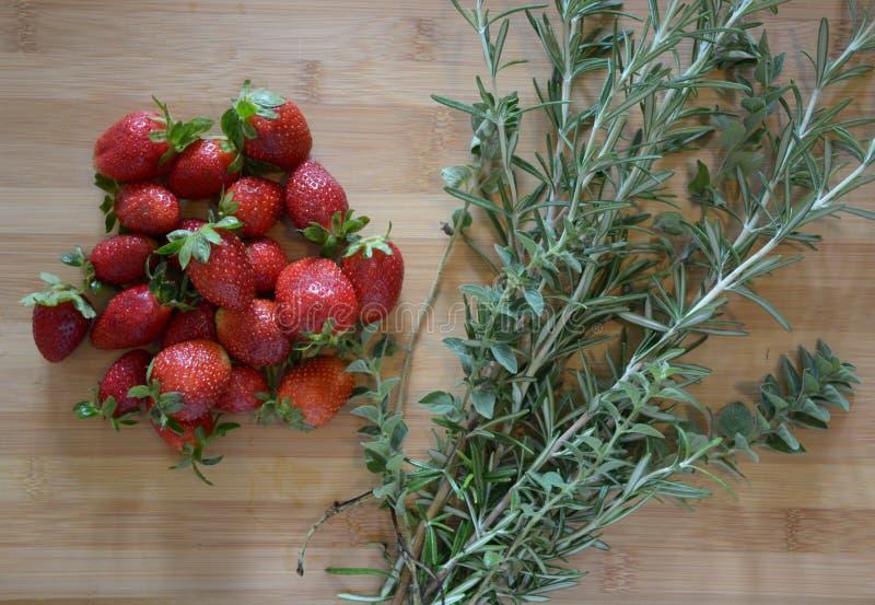 Aardbeien en kruiden royalty-vrije stock afbeelding