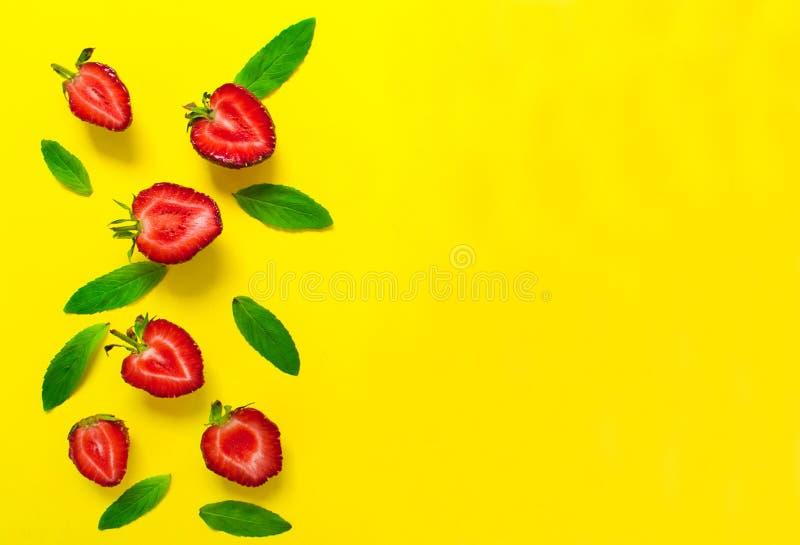 Aardbeien en muntbladeren op een heldere gele achtergrond Achtergrond voor het ontwerp van banners, websites De ruimte van het ex royalty-vrije stock foto's